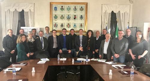 L'assessore regionale alle Autonomie locali, Pierpaolo Roberti, e i sindaci aderenti al Consorzio Comunità collinare del Friuli
