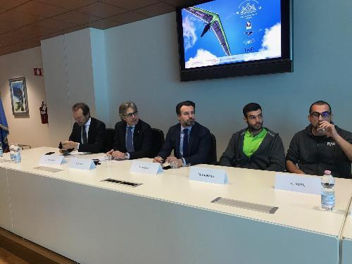 L'assessore al Turismo del Fvg Sergio Emidio Bini durante la presentazione del 22mo campionato del mondo di deltaplano