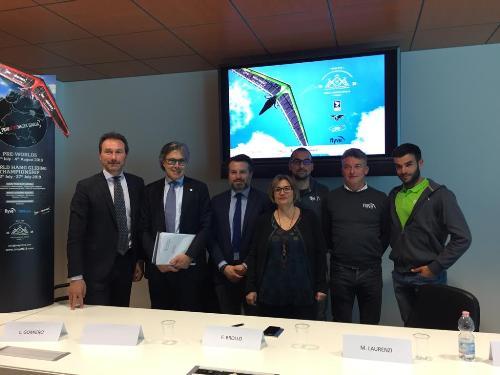 L'assessore al Turismo del Fvg, Sergio Emidio Bini, con i relatori, oggi, nella sede della Regione a Udine a conclusione della conferenza stampa dedicata al 22mo campionato del mondo di deltaplano.