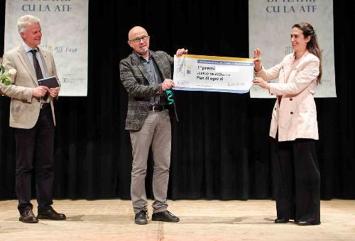 La premiazion di Carli Tolazzi pal prin puest al concors di tescj pal teatri a Listize.