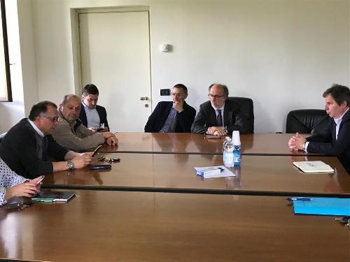 Il vicegovernatore con delega alla Salute, Riccardo Riccardi, con i sindaci dell'ambito socio-assistenziale di Tarcento, a villa Pontoni.