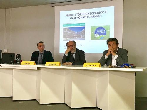 Il vicegovernatore del Fvg, Riccardo Riccardi, oggi, nella sala Lodolo del presidio ospedaliero di Gemona del Friuli,  alla presentazione dell'apertura sperimentale di un ambulatorio ortopedico dedicato alle società di calcio partecipanti al Campionato Carnico.