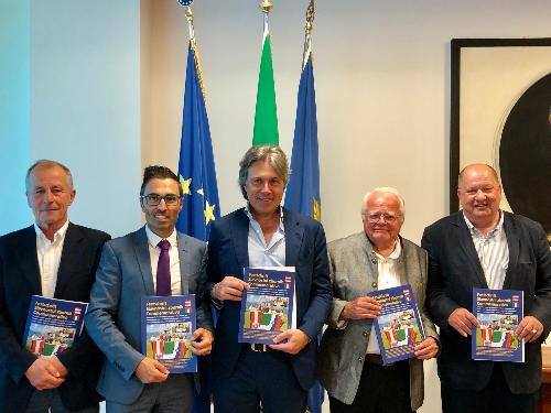 L'assessore Bini con il vicepresidente del Consiglio regionale Mazzolini e i rappresentanti delle associazioni culturali dell?Alpe Adria