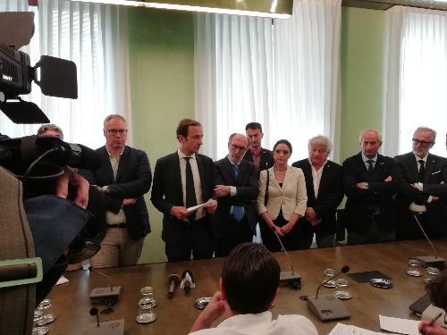 Il governatore Massimiliano Fedriga e il vicegovernatore Riccardo Riccardi con i consiglieri di maggioranza.