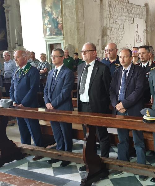Un momento della Santa messa nel duomo di Venzone per le celebrazioni del patrono dei forestali d'Italia, a cui ha partecipato l'assessore regionale alle Risorse agroalimentari e Forestali, Stefano Zannier