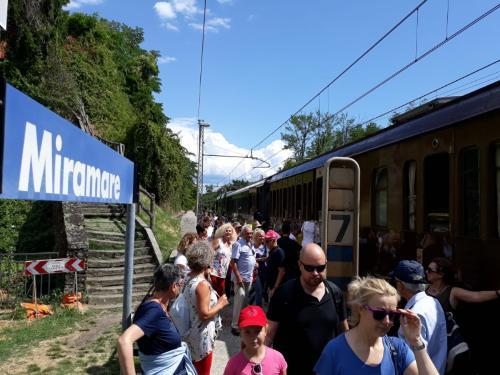 """I viaggiatori del treno storico """"tra laguna e mare"""" alla stazione di Miramare - Trieste, 15 luglio 2019."""