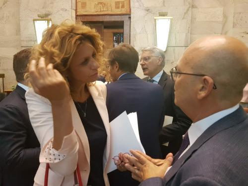 L'assessore regionale alla Funzione pubblica, Sebastiano Callari, con ministro per il Sud, Barbara Lezzi, a marigine della riunione del Comitato per la Banda Ultra Larga (CoBUL) - Roma, 17 luglio 2019