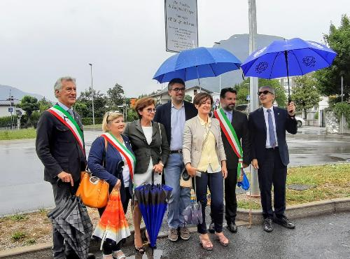 L'assessore regionale alle Autonomie locali, Pierpaolo Roberti, all'intitolazione del parcheggio di via Divisione Garibaldi, all''emigrante carnico'.