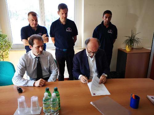 La firma della consegna dei lavori alla ditta che ha vinto la gara per la sistemazione del radar di Fossalon