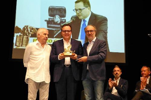 Il vicegovernatore del FVG Riccardo Riccardi premia il direttore generale dell'Udinese Calcio Franco Collavini alla presentazione del Torneo internazionale Città di Gradisca - Trofeo Nereo Rocco
