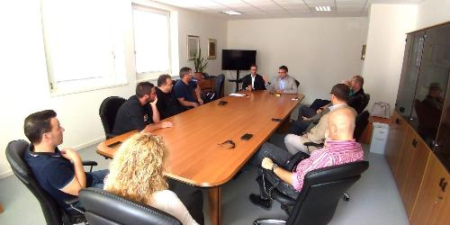 L'assessore alle Autonomie Locali del Friuli Venezia Giulia Pierpaolo Roberti durante l'incontro con i sindaci carnici, a cui ha partecipato anche il vicepresidente del Consiglio regionale Stefano Mazzolini nella foto, a lato dell'assessore)