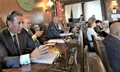 L'assessore regionale all'Ambiente, Fabio Scoccimarro, nel corso della seduta del Consiglio comunale di Trieste dedicata alla Ferriera di Servola