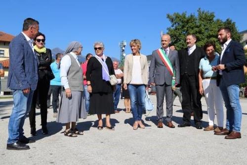 L'assessore alla Finanze, Barbara Zilli, alla cerimonia di inaugurazione della struttura prefabbricata della Scuola primaria di Villa Santina.