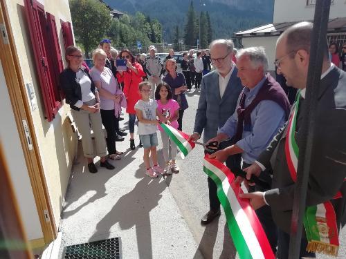 Il vicegovernatore del Friuli Venezia Giulia con delega alla Salute, Riccardo Riccardi, al taglio del nastro del nuovo ambulatorio di Sappada.