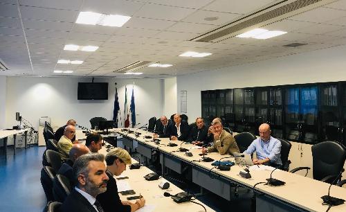 Il tavolo con i rappresentanti le categorie economiche e l'assessore del Fvg alle Attività produttive, Sergio Emidio Bini.