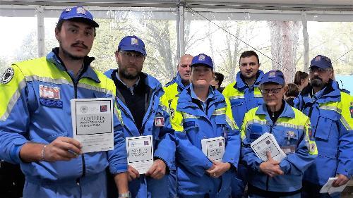 I volontari di Protezione civile di Aquileia con la copie del piano di emergenza comunale a disposizione dei cittadini