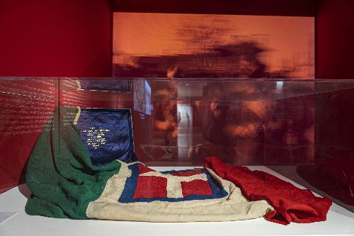 La bandiera italiana che avvolgeva il feretro del Milite Ignoto partito da Aquileia nel 1921 ed esposta nella mostra Aquileia 2200. Porta di Roma verso i Balcani e l'Oriente, all'Ara Pacis - Roma, 8 novembre 2019.