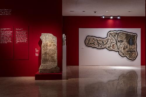 Il mosaico con pavone esposto nella mostra per Aquileia 2200. Porta di Roma verso i Balcani e l'Oriente, al museo dell'Ara Pacis - Roma, 8 novembre 2019.