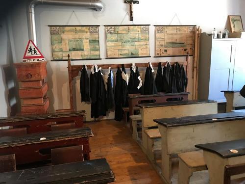 La ricostruzione di un'aula scolastica con gli arredi di un tempo al museo Cjase Cocèl.