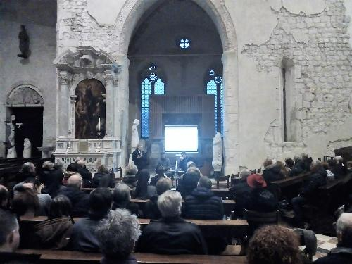 L'assessore regionale Barbara Zilli alla presentazione della guida turistica su Venzone nel duomo.