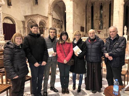 L'assessore regionale Barbara Zilli con gli autori della nuova guida di Venzone, promotori della pro loco e il pievano mons. Roberto Bertossi.