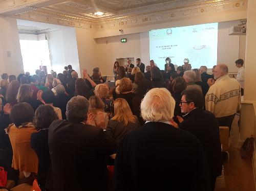 Sala tutta in piedi e grandi applausi al termine dell'intervento dello studente Renato Perrone