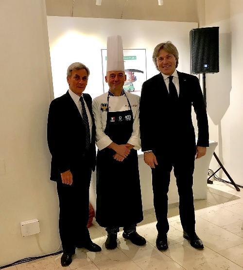L'assessore regionale ad Attività produttive e Turismo, Sergio Emidio Bini con l'ambasciatore italiano a Praga, Francesco Saverio Nisio e lo chef friulano Massimo De Belli.
