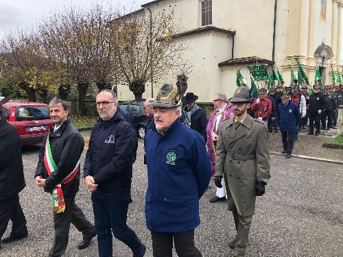 Il vicegovernatore, Riccardo Riccardi, alla celebrazione del 50. della fondazione del Gruppo ANA di Grions di Sedegliano, con a sinistra il sindaco, Dino Giacomuzzi, e a destra il vicepresidente della sezione ANA di Udine, Adriano Morettuzzo.