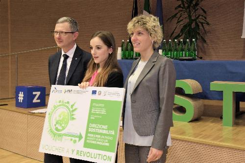 Gli assessori regionali alle Risorse agroalimentari, Stefano Zannier, e alle Finanze, Barbara Zilli danno un riconoscimento al gruppo Y Revolution.