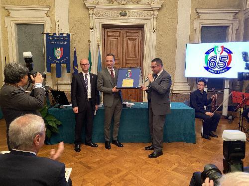 Il governatore del Friuli Venezia Giulia, Massimiliano Fedriga, durante la cerimonia commemorativa per i 65 anni di fondazione dell'Unione degli Istriani, nell'ambito della quale è stato insignito del Vessillo della Libera Provincia, il più alto riconoscimento assegnato dall'associazione.