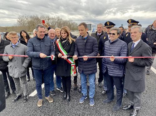 Il governatore del Friuli Venezia Giulia Massimiliano Fedriga taglia il nastro del nuovo viadotto autostradale della A4