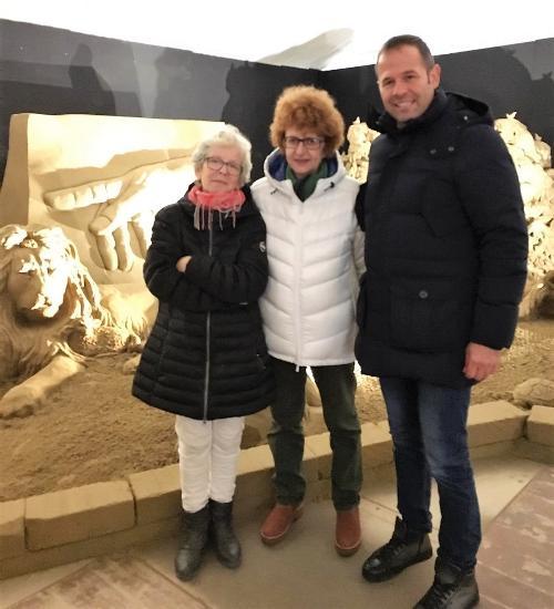 L'assessore regionale alla Cultura e Sport Tiziana Gibelli in visita al Presepe di sabbia 2019 a Lignano Sabbiadoro con il vicesindaco Alessandro Marosa e la coordinatrice dei volontari