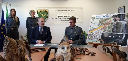 Il responsabile del Noava, l'ispettore Claudio Freddi, e il direttore regionale Risorse forestali, Adolfo Faidiga, durante la presentazione dell'operazione anti uccellaggione Valli in gabbia - Udine, 5 dicembre 2019.