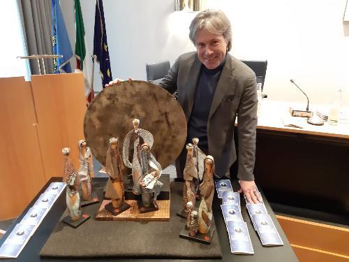 L'assessore al Turismo del Friuli Venezia Giulia, Sergio Emidio Bini, nella sede della Fondazione Friuli, con una delle creazioni presepiali del progetto Presepi Fvg.