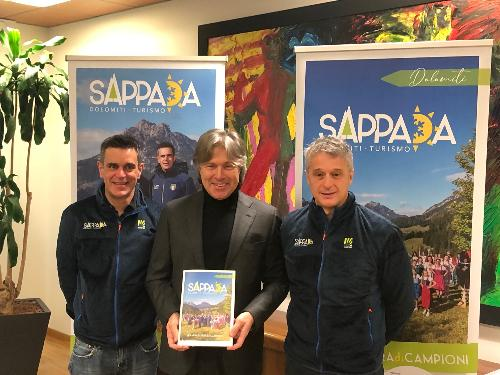 L'assessore alle Attività produttive, Sergio Emidio Bini, con i testimonial di Sappada, gli olimpionici Piero Piller Cottrer (a sin.) e Silvio Fauner (a destra).