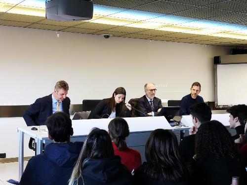 Il vicegovernatore del Friuli Venezia Giulia con delega alla Protezione civile, Riccardo Riccardi, con il referente regionale delle consulte studentesche, Emanuele Bertoni, il direttore della Protezione civile Fvg, Amedeo Aristei e gli studenti nel Centro operativo della Protezione civile Fvg.
