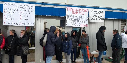 I lavoratori della Safilo in sciopero davanti allo stabilimento friulano - Martignacco (Ud), 13 dicembre 2019.