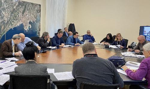 L'assessore all'Ambiente, Fabio Scoccimarro, durante il collegamento con il tavolo tecnico per la definizione dell'Accordo di programma della Ferriera di Servola.
