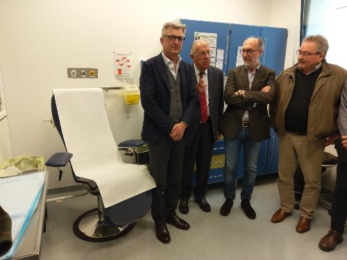 Al centro della foto il vicegovernatore Riccardo Riccardi al momento della consegna delle sedie attrezzate per i prelievi