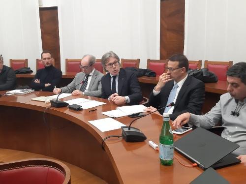 L'assessore regionale Sergio Emidio Bini mentre interviene al tavolo sulla Flex