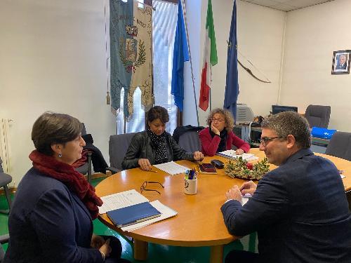 L'assessore alle Autonomie locali, Pierpaolo Roberti, con il commissario del Comune di Ovaro, Silvia Zossi.