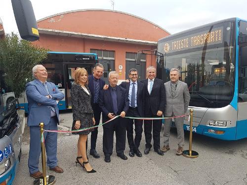 L'inaugurazione di una prima parte della nuova flotta aziendale della Trieste Trasporti. Al centro nella foto, insieme al presidente della Trieste Trasporti Pier Giorgio Luccarini, l'assessore regionale alla Difesa dell'ambiente Fabio Scoccimarro.