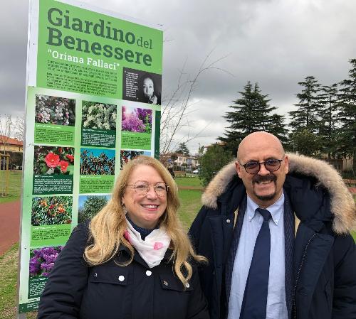 L'assessore Fvg al Patrimonio, Sebastiano Callari, all'ingresso del Giardino Benessere di Monfalcone con  l'assessore comunale al Verde pubblico, Sabina Cauci