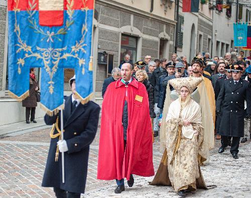 Il corteo con in testa il sindaco di Gemona Roberto Revelant e l'assessore Zilli