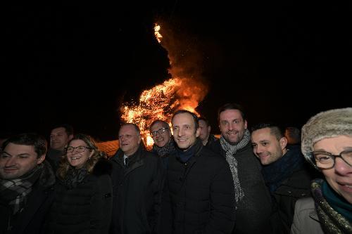 Il governatore del Friuli Venezia Giulia Massimiliano Fedriga assiste al Pignarul grant di Tarcento con il Vecchio Venerando