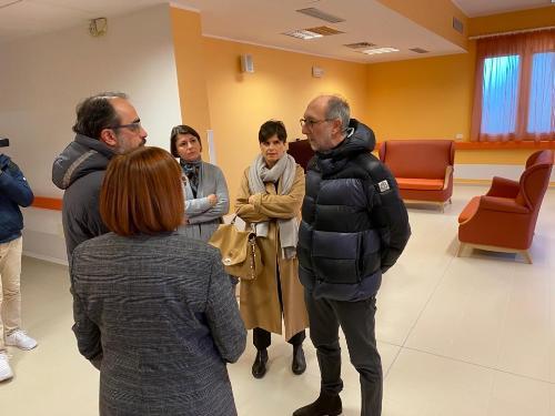 Il vicegovernatore del Friuli Venezia Giulia, Riccardo Riccardi, durante la sua visita alla Asp Muner di Lovaria.