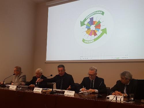 Un momento della conferenza stampa. Da sinistra il direttore dell'Agenzia per l'energia del Friuli Venezia Giulia Matteo Mazzolini, il direttore generale dell'Arpa Fvg Stellio Vatta, l'assessore regionale allo Sviluppo sostenibile Fabio Scoccimarro, Francesco Marangon dell'Università di Udine e Gianluigi Gallenti dell'Università di Trieste.