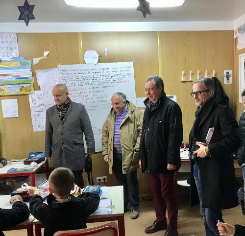 L'assessore regionale a Infrastrutture e Territorio, Graziano Pizzimenti, in una classe del polo scolastico provvisorio della scuola primaria e secondaria a Villa Santina.