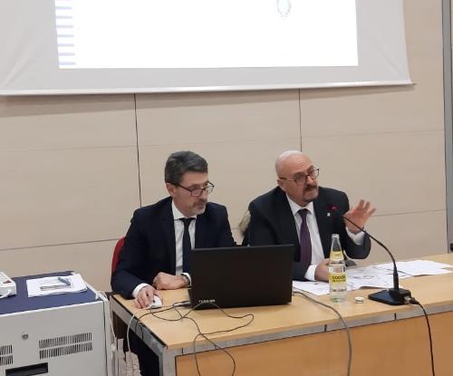 L'assessore regionale Sebastiano Callari mentre interviene all'incontro con i Comuni dell'Isontino. Al suo fianco il direttore el Servizio centrale unica di committenza, Luciano Zanelli.