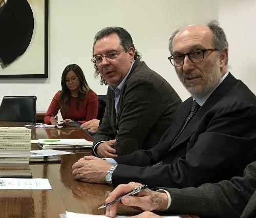 L'assessore regionale a Infrastrutture e Territorio, Graziano Pizzimenti, con il vicegovernatore con delega alla Protezione civile del Fvg, Riccardo Riccardi, al Comitato per l'istituzione dell'archivio storico del terremoto.